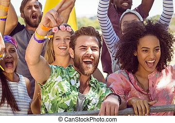 pessoas, ao longo, cantando, jovem, excitado