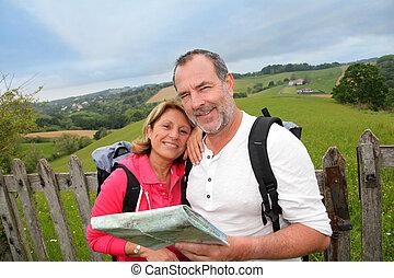 pessoas aposentadas, leitura, mapa, ligado, trekking, dia