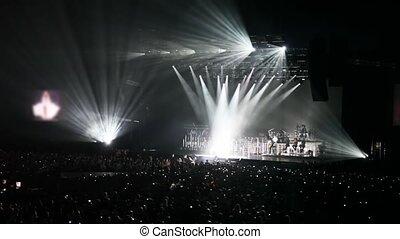 pessoas, concert salão, olhe, cantor, em, luz, de, vigas