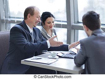 pessoas conversando, tabela empresarial, grupo