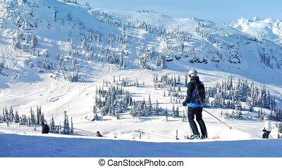 pessoas, esqui, passado, montanhas, em, sol
