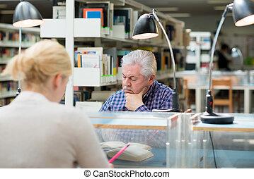 pessoas, estudar, jovem, biblioteca, homem sênior
