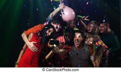 pessoas, levando, jovem, câmera, posar, :, amigos, selfie,...
