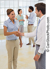 pessoas negócio, apertar mão, com, colegas, em, escritório