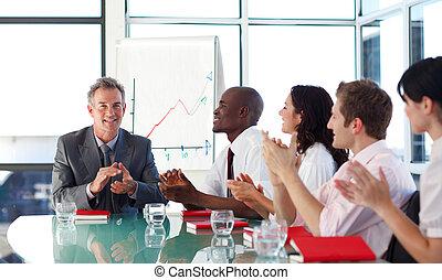 pessoas negócio, aplaudindo, em, um, reunião