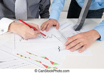pessoas negócio, discutir, a, situação, em, mercado valores