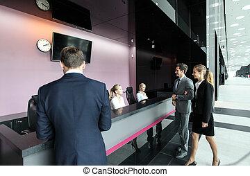 pessoas negócio, em, escrivaninha dianteira