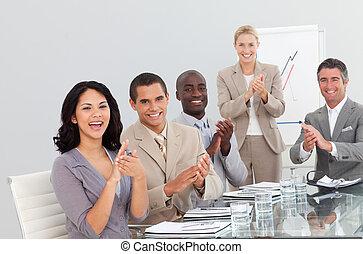 pessoas negócio, em, um, apresentação, clapping