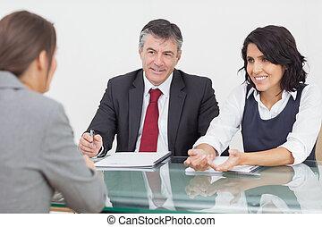 pessoas negócio, falando, em, um, pequeno, reunião