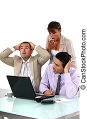 pessoas negócio, resultados, chocado, três, olhar