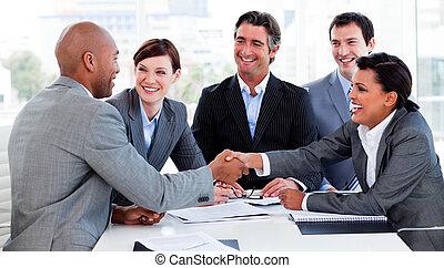 pessoas negócio, saudação, outro, multi-étnico, cada