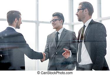 pessoas negócio, saudação, um ao outro, com, um, aperto mão