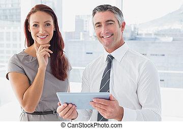 pessoas negócio, sorrindo, câmera