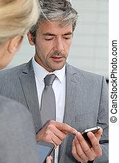 pessoas negócio, trocar, números telefone