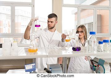 pessoas, par, modernos, jovem, laboratório, luminoso