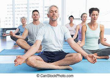 pessoas, pose lotus, com, olhos fecharam, em, condicão física, estúdio