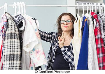 pessoas, roupa, e, estilo, conceito, -, retrato, de, um, bonito, mulher olha, através, a, guarda-roupa
