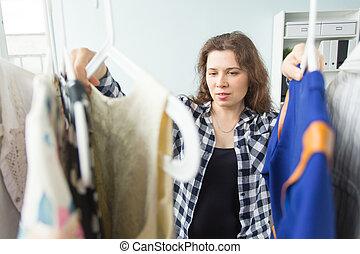 pessoas, roupa, e, shopping, conceito, -, retrato, de, um, bonito, mulher olha, através, a, guarda-roupa