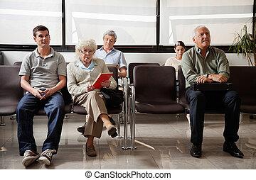 pessoas sentando, em, hospitalar, lobby