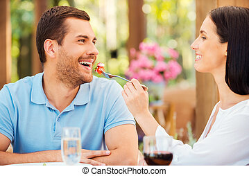 petit ami, alimentation, femme relâche, deux, mon, jeune, essayer, meal!, sourire, salade, dehors, elle, restaurant, beau, quoique
