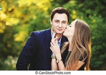 petit ami, baisers, elle, femme, jeune
