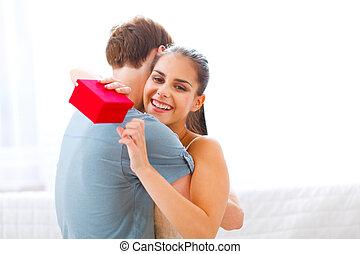 petit ami, femme, étreindre, jeune, cadeau, elle