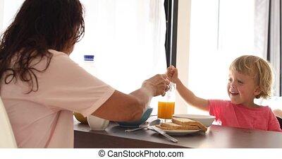petit déjeuner, avoir, enfants, cuisine, mère