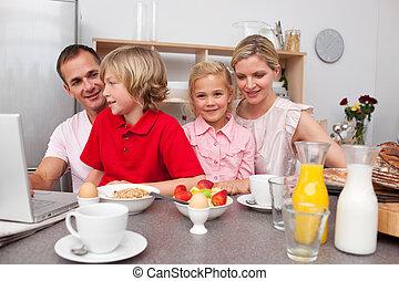 petit déjeuner, avoir, gai, ensemble, famille