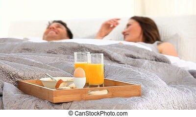 petit déjeuner, couple, avoir, lit