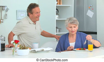 petit déjeuner, couple, prendre, personnes agées