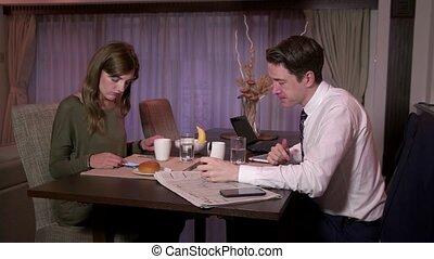 petit déjeuner, occupé, avoir, homme, épouse