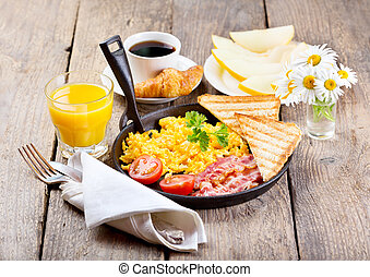 petit déjeuner sain, à, œufs brouillés, jus, et, fruits