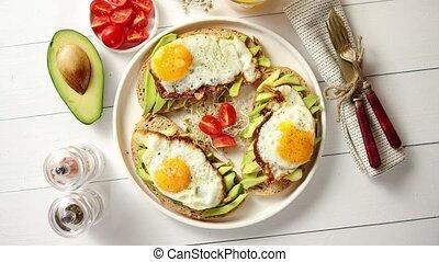 petit déjeuner, sandwichs, délicieux, coupé, sain, frit, avocat, oeuf