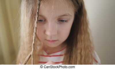 petit, dehors, long, tissage, enfant, mouvement, mignon, lent, home., femme, blond, girl, elle, haut, coiffure, indoor., peu, fin, natte, beau, elle-même, cheveux