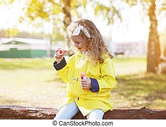 petit enfant, ensoleillé, avoir, chaud, dehors, amusement, jour