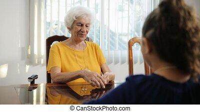 petit-enfant, et, grand-maman, jouer, tours magie, à, cartes, chez soi