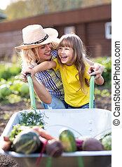 petit enfant, girl, à, brouette, et, légumes