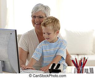 petit-fils, apprentissage, comment, usage, a, informatique, à, sien, grand-mère