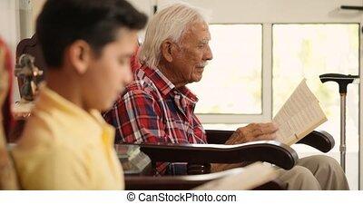 petit-fils, délassant, livre, papy, maison, lecture