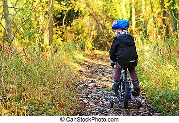 petit garçon, équitation, sien, vélo, par, pays boisé, piste