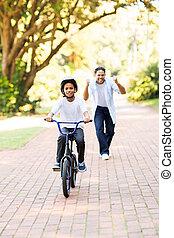 petit garçon, est, capable, monter, a, vélo, sur, sien, propre, pour, les, premier, temps