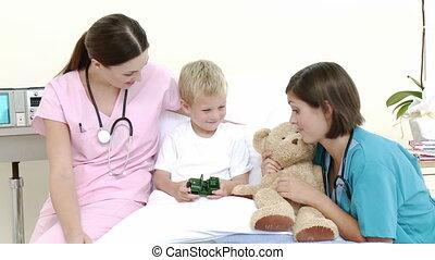 petit garçon, lit hôpital