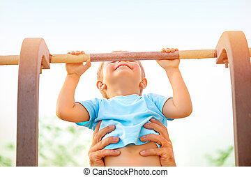 petit garçon, rattraper, sur, les, horizontal, barre