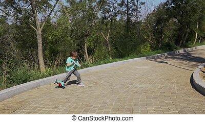 petit garçon, scooter, promenades