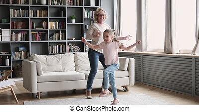 petit, grand-maman, girl, danse, vivant, petite-fille, vieux...