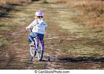 petit, rigolote, gosse, vélo voyageant, à, formation, wheels.