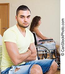 petite amie, chaise, homme, invalide, triste