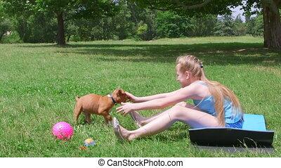 petite fille, à, a, chiot, chien, amusant, sur, herbe, dans, été, parc