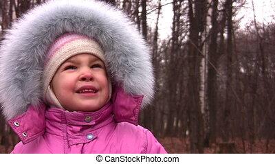 petite fille, à, fourrure, capuchon, dans parc