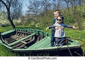petite fille, à, frère, amusant, dans, une, vieux, bateau